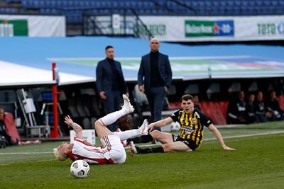 En dat vonden ze bij Vitesse niet zo tof, dus schoffelen. En rood bovendien! © De Brouwer