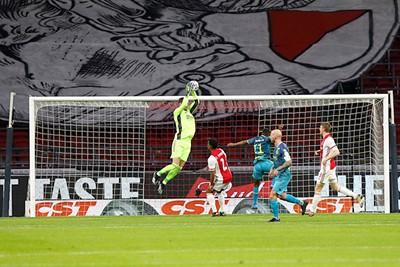 Dat doek achter Maarten blijft mooi, al zien we er liever supporters. © De Brouwer
