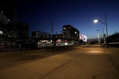Het is vlak voor de aftrap van Ajax - Sparta doodstil op straat... © De Brouwer