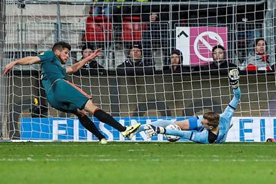 ALKMAAR , 15-12-2019 , AFAS Stadion , Dutch football , Eredivisie , season 2019 / 2020. (L-R) Ajax player Klaas Jan Huntelaar and AZ goalkeeper Marco Bizot during the match AZ vs Ajax