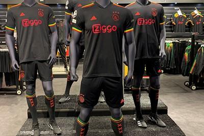 De paspoppen zijn voor de derde keer dit prille seizoen omgekleed. © Ajax Life
