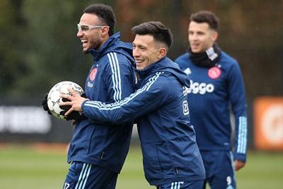 Ook Mazraoui moet aan de bril, na een bal tegen het hoofd op bezoek bij Heracles. © AFC Ajax