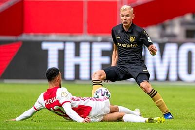 Mazraoui incasseert een flinke tackle en is daarna een beetje van de leg. © Pro Shots