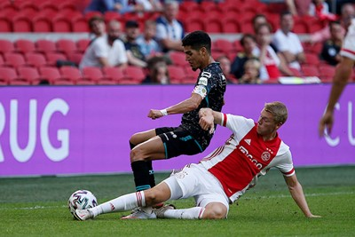 Kijk eens wat een meedogenloze tackle! © De Brouwer