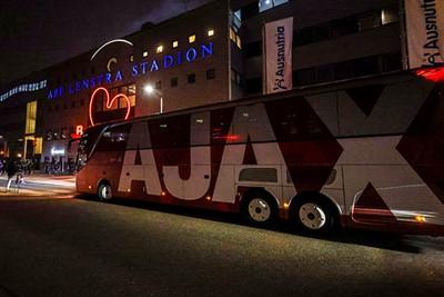 De mooiste spelersbus van Nederland, jongens en meisjes. © Pro Shots