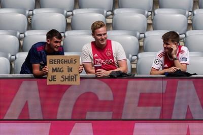 Berghuis had nog geen minuut gespeeld of er werd al om zijn shirt gevraagd. © Pro Shots