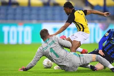 De Ghanees staat dan ook met een onbedoelde assist aan de basis van de 1-2. © Pro Shots