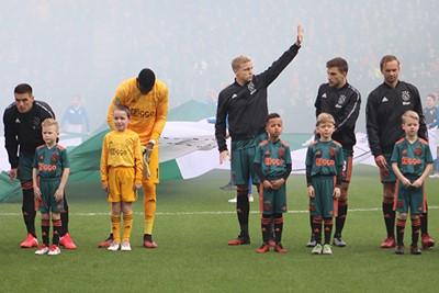 Naar wie zou Donny hier zwaaien? © Ajax Kids Club
