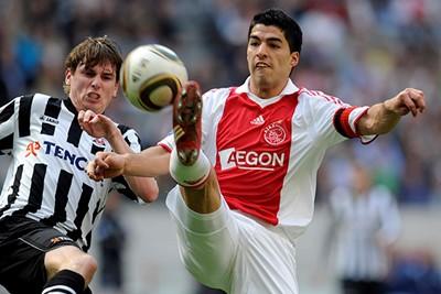 2009/10: De witte kraag... We weten het niet. Smaakdingetje. © AFC Ajax