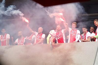 Zwaaien! Voor wie? Voor Ajax Amsterdam! © De Brouwer