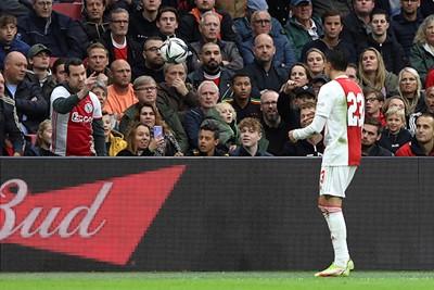 Ook als supporter ben je soms weer even ballenjongen. © De Brouwer