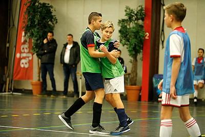 De doelpuntenmaker wordt opgevangen door zijn teamgenoot. © De Brouwer