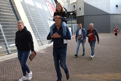 Bij paps op de schouders naar Ajax. Mooie dingen. © De Brouwer