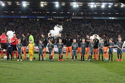 Zo, de wedstrijd gaat nu echt bijna beginnen! © Ajax Kids Club