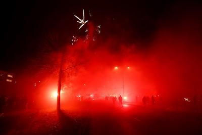 Vuurwerk, fakkels, knallen... Alles! © De Brouwer