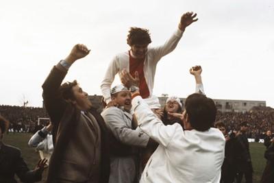 Feest vieren met supporters, ook een kwaliteit van Hulshoff. © SV Ajax / Guus de Jong