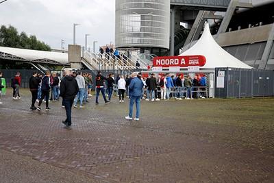 En daarna naar de volgende 1,5 meter-rij, om naar Ajax te kijken. © De Brouwer
