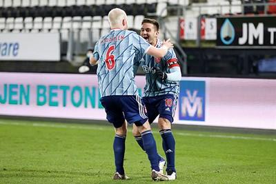 En altijd oog voor de gever van de assist. Niet toevallig weer Tadic. Zijn zoveelste. © Pro Shots