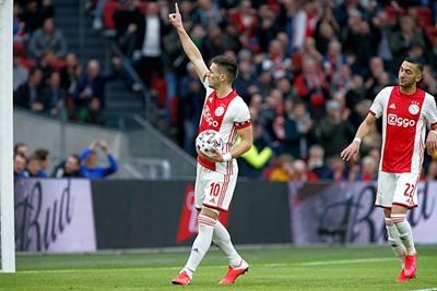 Het is al snel 1-0, want Tadic ramt een penalty in het doel. © De Brouwer