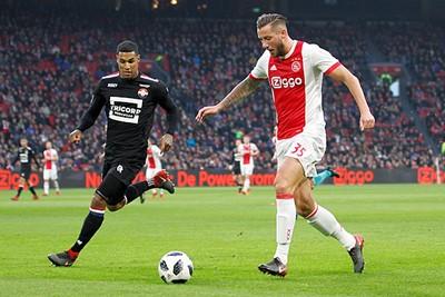 Willem II laat Dijks vrij en dus rent hij vooruit, maar gaat de bal terug