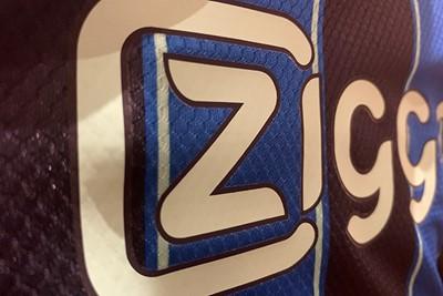 Ook rondom sponsor Ziggo zien we een zwarte belijning. © Ajax Life