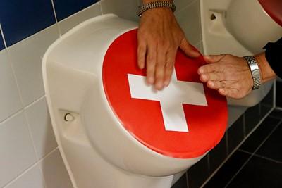 Gelukkig kun je tegenwoordig overal je handen ontsmetten! © De Brouwer