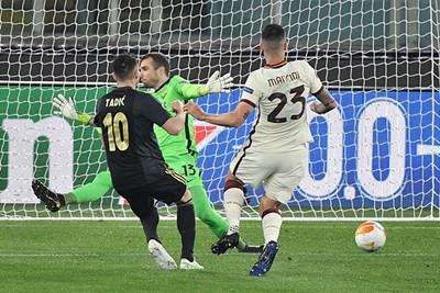 Tadic pakt door en stuurt López naar de verkeerde hoek. Maar telt-ie ook...? © Pro Shots