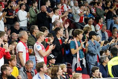 Ondertussen blijven wij onze handen stuk klappen voor Ajax. © De Brouwer