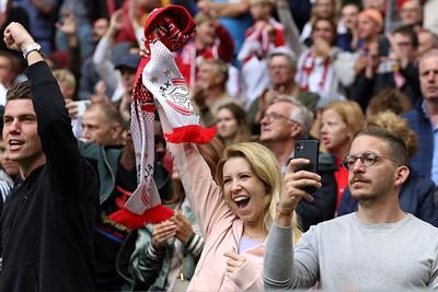 En dus zijn we weer blij, want Ajax vermaakt in eigen huis tegen Vitesse. © De Brouwer