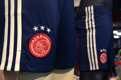 De broekjes zijn donkerblauw, al komt er ook nog een rode. © Ajax Life