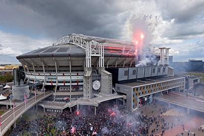SV Ajax feliciteerde de supporters met een fraai stukje vuurwerk! © Björn Martens