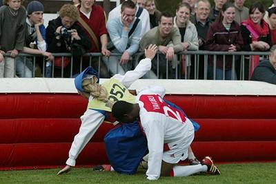 Als er iemand tackles kan inzetten, dan is het wel Yakubu! © Ajax Images