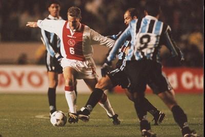 Ronald de Boer kwam er altijd met dezelfde beweging eenvoudig langs. © Ajax Images