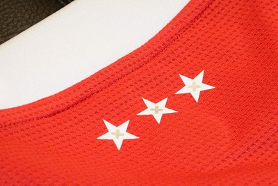 Wie goed kijkt, ziet dat er andreaskruizen in de drie sterren zijn verwerkt. © Ajax Life