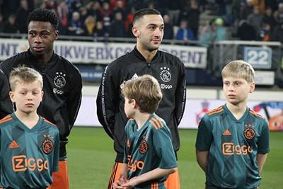 Ziyech en Promes hebben elkaar een grapje verteld, zo lijkt het. © Ajax Kids Club