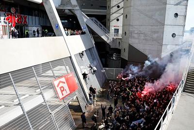 De interactie tussen spelers en supporters was weer even terug. © De Brouwer