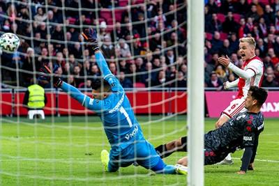 AMSTERDAM, 19-01-2020, football, Johan Cruijff ArenA, Dutch eredivisie, season 2019-2020, Ajax player Donny van de Beek scores the 1-0, during the match Ajax - Sparta,