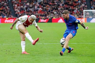 Maar ook de aanvaller krijgt het niet voor elkaar om te scoren. © De Brouwer
