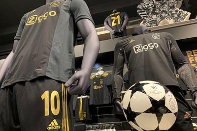We zijn best benieuwd hoe het shirt in de smaak valt. © Ajax Life