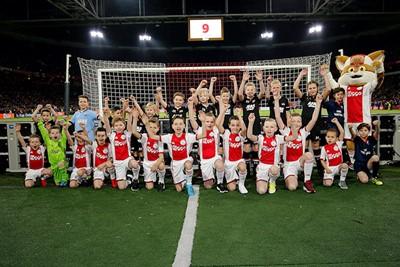 De mascottes van Ajax en AZ zijn er helemaal klaar voor! © De Brouwer