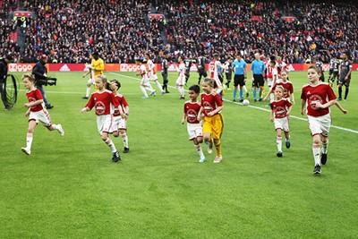 Snel, rennen, naar de tribune om de wedstrijd te kijken. © Ajax Kids Club