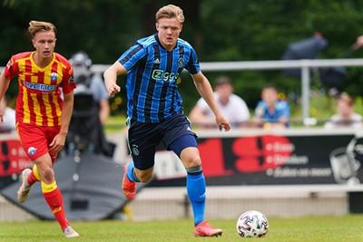 Rasmussen zat af en toe op de brommer. © AFC Ajax